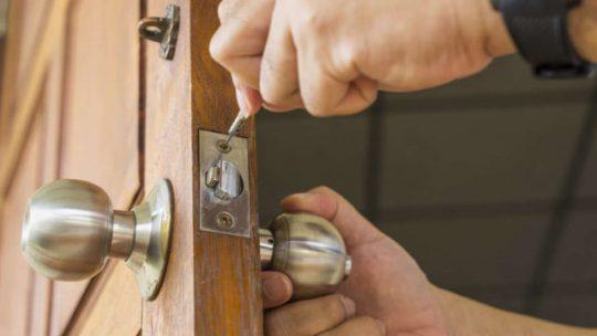 Assurer la pose et l'étanchéité d'une porte d'entrée en suivant les conseils de serruriers professionnels